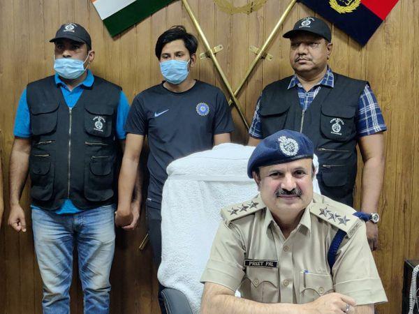 क्राइम ब्रांच सेक्टर-17 की टीम न - Dainik Bhaskar