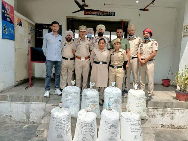 तस्करों से बरामद की गई भुक्की के साथ थाना आदमपुर की पुलिस टीम। - Dainik Bhaskar