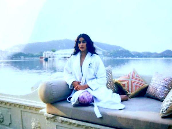 अभिनेत्री जाह्नवी को पिछोला झील के किनारे से तस्वीरें मिलती हैं।
