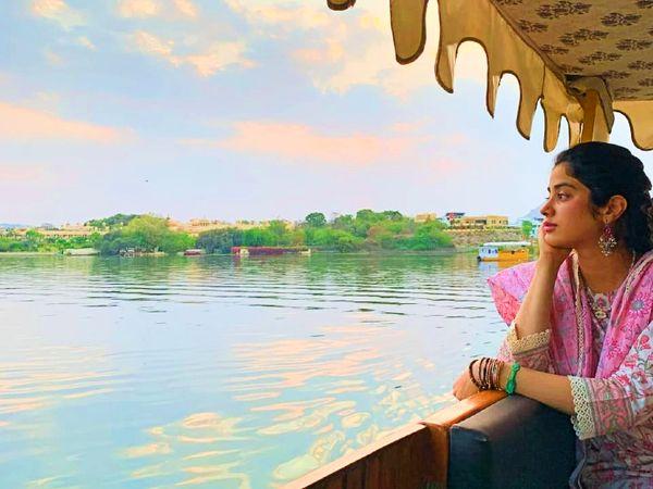 बॉलीवुड अभिनेत्री जाह्नवी कपूर अपने तीन दिवसीय प्रवास पर उदयपुर पहुंची।  - दैनिक भास्कर
