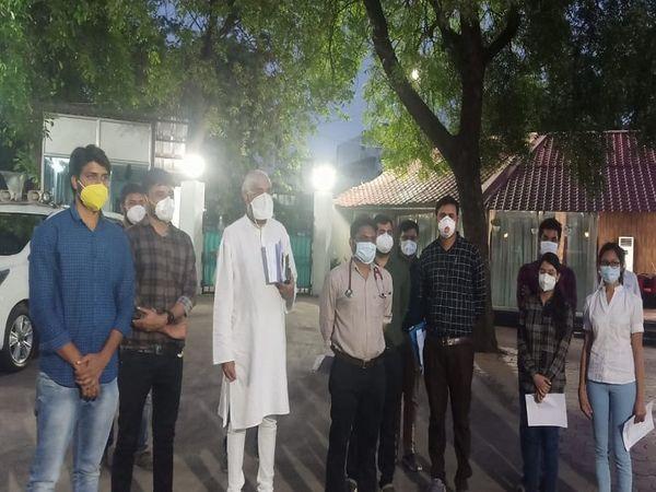 स्वास्थ्य मंत्री टीएस सिंहदेव के साथ चर्चा के बाद उनके सरकारी आवास पर जूनियर डॉक्टरों का प्रतिनिधिमंडल।
