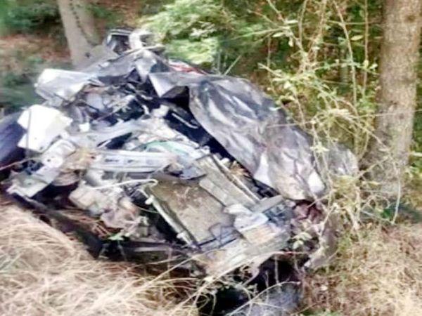 खाई में गिरने के बाद बुरी तरह दुर्घटनाग्रस्त कार। - Dainik Bhaskar