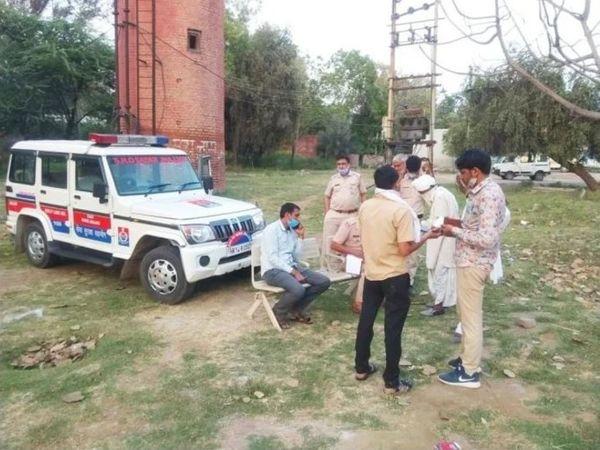 सूचना के बाद घटनास्थल पर पहुंची पुलिस मृतक शीनू के परिजनों के बयान दर्ज करते हुए।