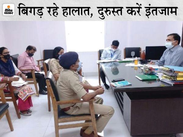 कोरोना संक्रमण के बढ़ते मामलों को लेकर अधिकारियों के साथ बैठक करते कमिश्नर। - Dainik Bhaskar