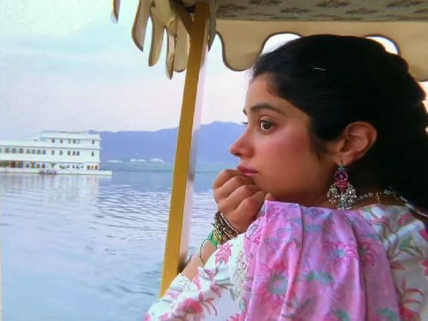 अभिनेत्री जाह्नवी कपूर, उदयपुर में पिछोला झील पर नाव की सवारी करते हुए।