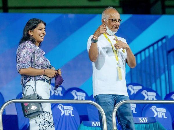 KKR टीम के को-ओनर जय मेहता बेटी जाह्नवी के साथ मैच देखने पहुंचे। जय फिल्म एक्ट्रेस जूही चावला के पति हैं।