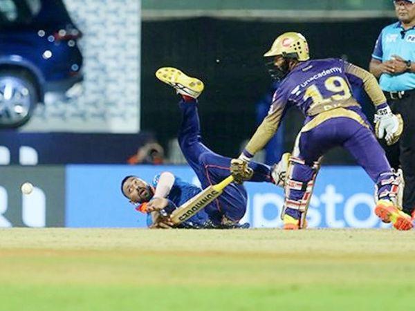 अपनी ही बॉल पर स्पिनर क्रुणाल पंड्या ने आंद्रे रसेल का कैच छोड़ा।