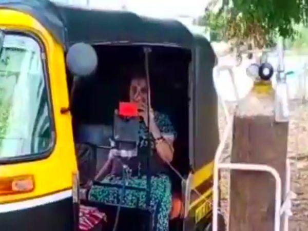 सातारा में एक महिला को ऑटो में बैठाकर ऑक्सीजन दिया जा रहा है।