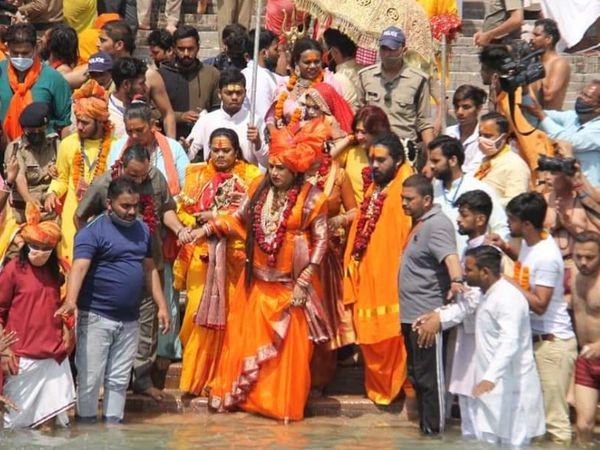 हरिद्वार में बुधवार को शाही स्नान के मौके पर 10 लाख से ज्यादा भक्तों ने गंगा में डुबकी लगाई।