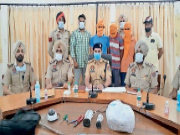 गिरफ्तार आरोपी व बरामद सामान की जानकारी देते डीएसपी सिटी-वन। - Dainik Bhaskar