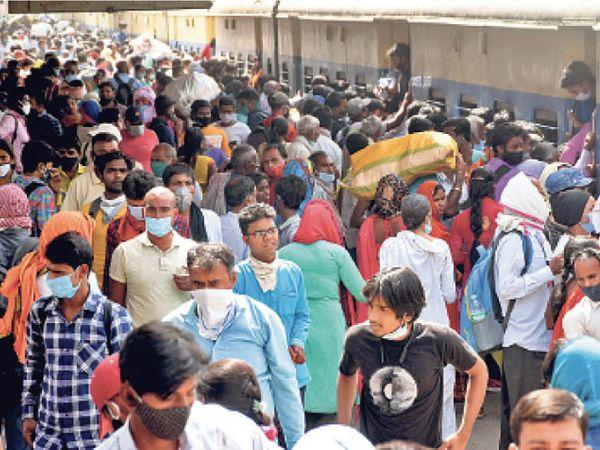 मगर आने वाली ट्रेनों में भारी भीड़ - Dainik Bhaskar