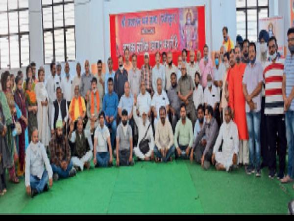 श्री रामनवमी शोभायात्रा कमेटी की मीटिंग में हिस्सा लेते शहर के विभिन्न धार्मिक, सामाजिक संगठनों के प्रतिनिधि। - Dainik Bhaskar