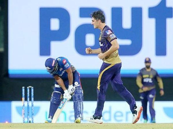 तेज गेंदबाज पैट कमिंस ने रोहित को क्लीन बोल्ड किया।