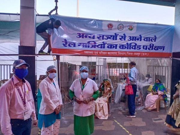 चित्र रायपुर के रेलवे स्टेशन की है।  अंदर जाने से पहले ही लोगों का कोविड टेस्ट किया जा रहा है।