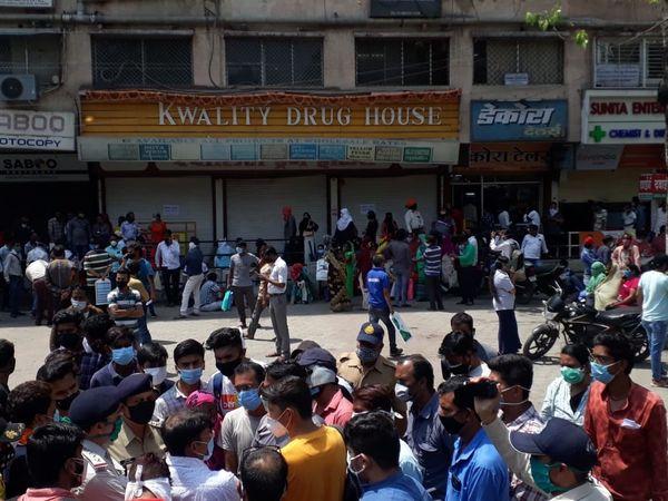 इंदौर में दो दिन पहले रेमडेसिविर खरीदने के लिए केमिस्ट की दुकान के सामने इस तरह भीड़ जुटी थी। पुलिस को इंतजाम करने के लिए दखल देना पड़ा था।