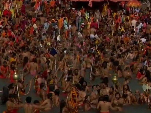 फोटो हर की पौड़ी घाट पर शाही स्नान में शामिल हुए साधुओं की है। बुधवार के शाही स्नान में 20 लाख लोगों के जुटने का अनुमान है।