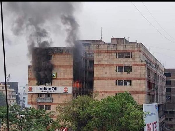 सुबह तक निकल रहा था बिल्डिंग से धुंआ।