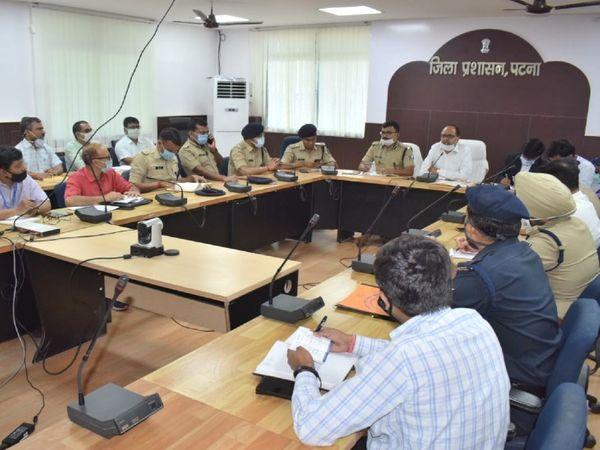 पटना में बुधवार को अधिकारियों के साथ बैठक करते DM और SSP. - Dainik Bhaskar