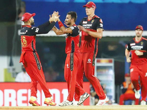 मुंबई के खिलाफ 5 विकेट लेने वाले हर्षल पटेल ने इस मैच में 2 विकेट लिए। उन्होंने विजय शंकर और नदीम को आउट किया। वे 7 विकेट के साथ अब तक सीजन के हाईएस्ट विकेट टेकर हैं।