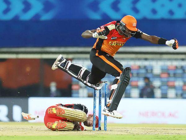 हैदराबाद के जेसन होल्डर को रन आउट करने की कोशिश करते बेंगलुरु के विकेटकीपर एबी डिविलियर्स।