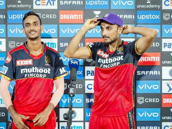 मैच के बाद पोस्ट मैच प्रेजेंटेशन में हर्षल (दाएं) को पर्पल कैप सौंपते शाहबाज अहमद (बाएं)।