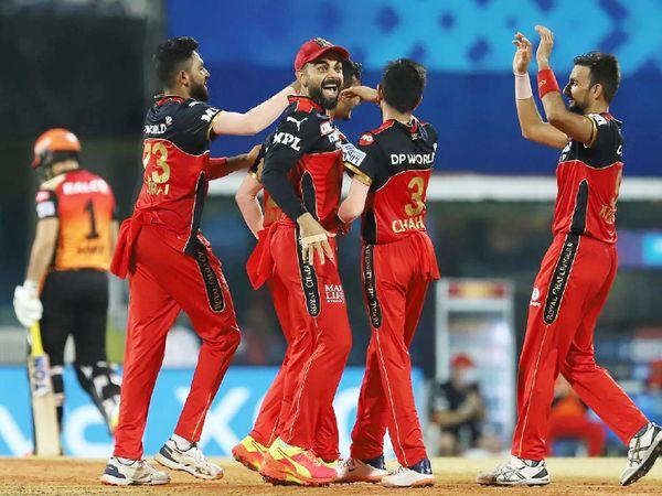 जीत के बाद जश्न मनाती बेंगलुरु टीम।
