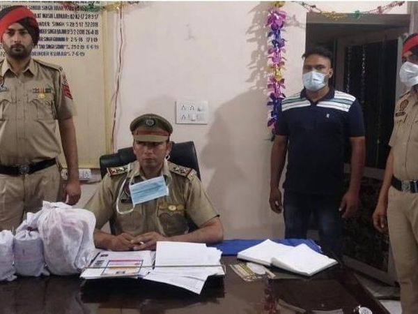 तस्कर से बरामद हुई अफीम के बारे में जानकारी देते पुलिस अफसर। - Dainik Bhaskar