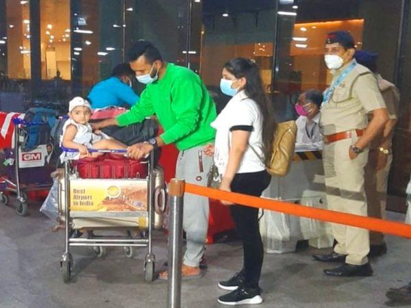 अपनी एक साल की बच्ची के साथ मुंबई एयरपोर्ट पर ओनिब और शरीक। - Dainik Bhaskar