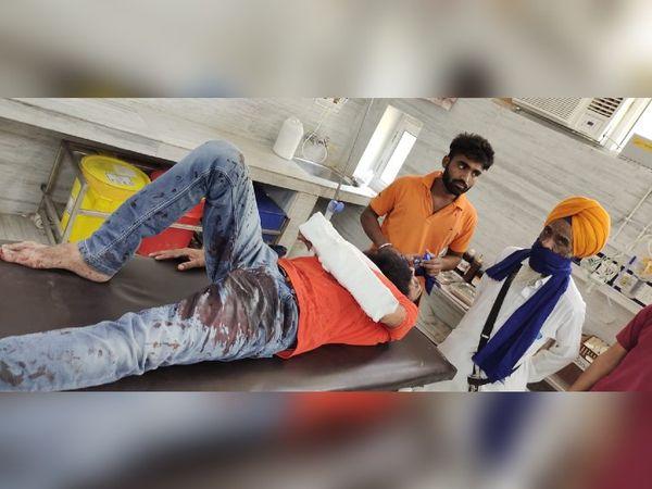 घायल दुकानकार का कहना है कि निहंग बिना पैसा दिए सामान उठा ले गए और फिर झगड़ा भी करने लगे। इसी दौरान उन्होंने हमला कर हाथ काट दिया। - Dainik Bhaskar
