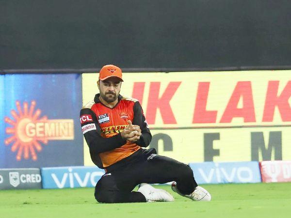 राशिद खान ने बाउंड्री पर शाहबाज अहमद का शानदार कैच लपका। इसके अलावा उन्होंने अच्छी गेंदबाजी भी की। राशिद ने एबी डिविलियर्स और वॉशिंगटन सुंदर को आउट किया।