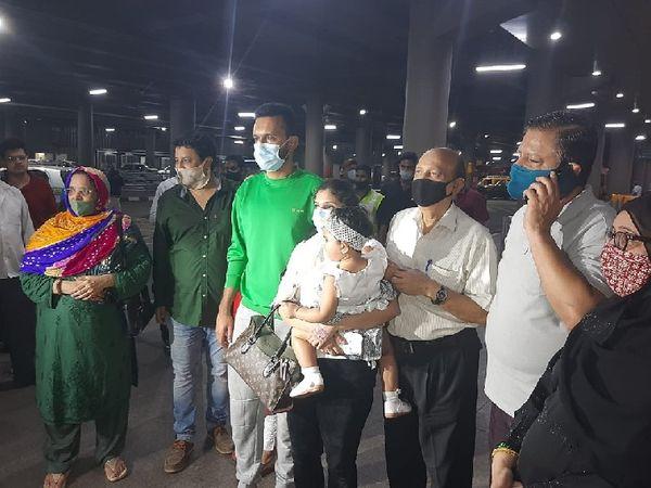 दोनों को लेने के लिए मुंबई एयरपोर्ट पर पूरा परिवार पहुंचा हुआ था।