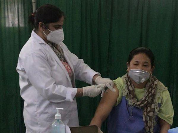 जालंधर के सिविल अस्पताल स्थित वैक्सीनेशन सेंटर में कोविशील्ड का पर्याप्त स्टॉक होने से लोगों को वैक्सीन दी जा रही है। - Dainik Bhaskar