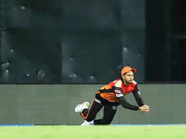 बाउंड्री पर डाइव लगाकर कैच लेते SRH के मनीष पांडे। उन्होंने राशिद की बॉल पर सुंदर का शानदार कैच लपका।