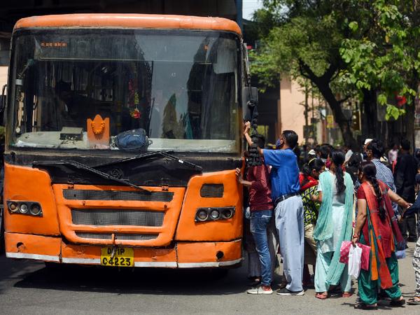 दिल्ली में कोरोना केस लगाातर बढ़ रहे हैं। इसके बाद भी लोग सोशल डिस्टेंसिंग पर ध्यान नहीं दे रहे हैं। - Dainik Bhaskar
