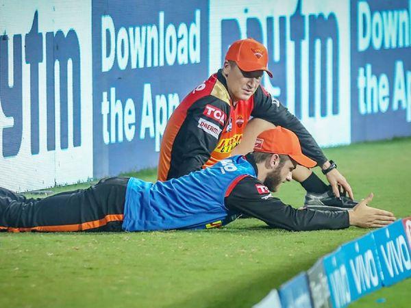 हैदराबाद की पारी के दौरान कोच ब्रैड हैडिन से बात करते केन विलियम्सन। विलियम्सन लगातार 2 मैच से टीम का हिस्सा नहीं हैं।