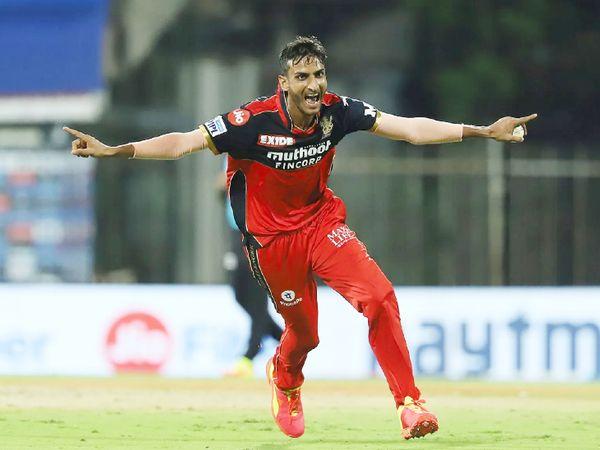 17वें ओवर में शाहबाज अहमद ने हैदराबाद के जॉनी बेयरस्टो, मनीष पांडे और अब्दुल समद का विकेट लेकर मैच पलट दिया।