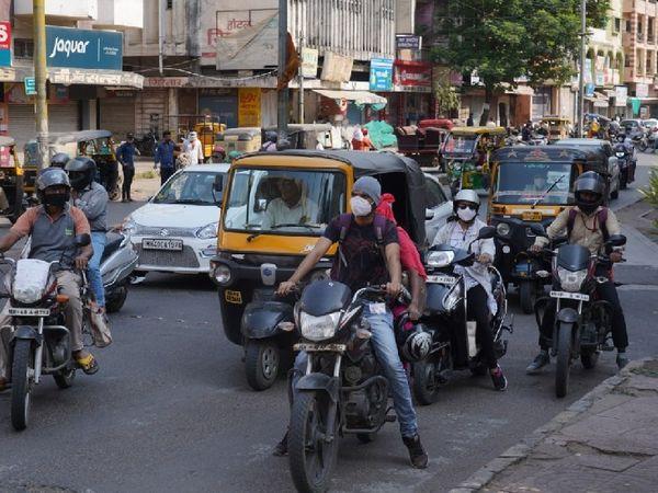 नागपुर के सीए रोड के एक चौराहे पर नजर आई भीड़ की तस्वीर।