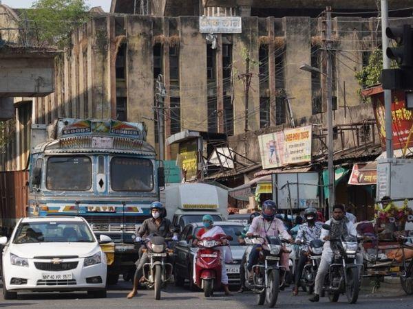 नागपुर के कॉटन मार्केट चौराहे पर हर दिन की तरह भीड़ देखने को मिली।
