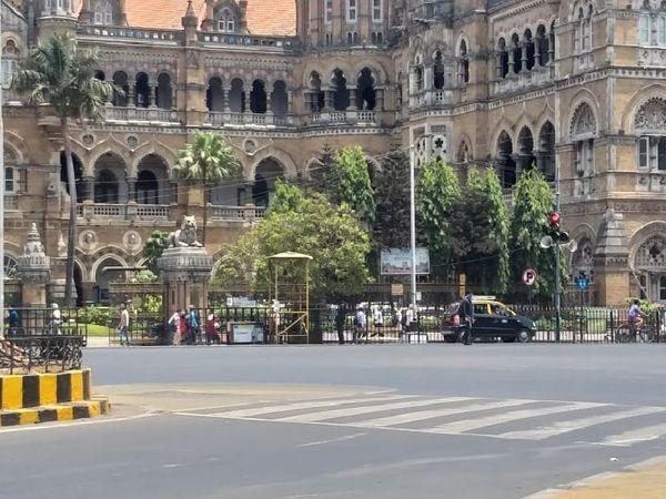 यह तस्वीर मुंबई के CSMT स्टेशन के बाहर की है। आम दिनों में यहां भारी भीड़ नजर आती है।