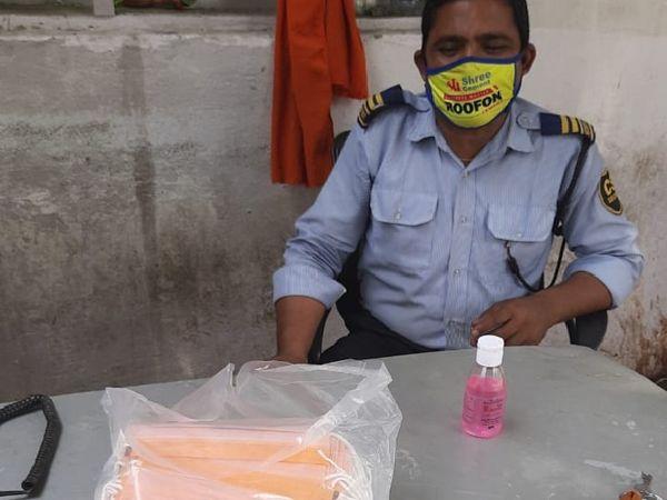 भाजपा कार्यालय में सैनिटाइजर और मास्क के साथ गार्ड।