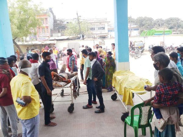 नरकटियागंज अनुमंडलीय अस्पताल में घायल को ले जाते परिजन और स्टेचर पर रखा शव। - Dainik Bhaskar