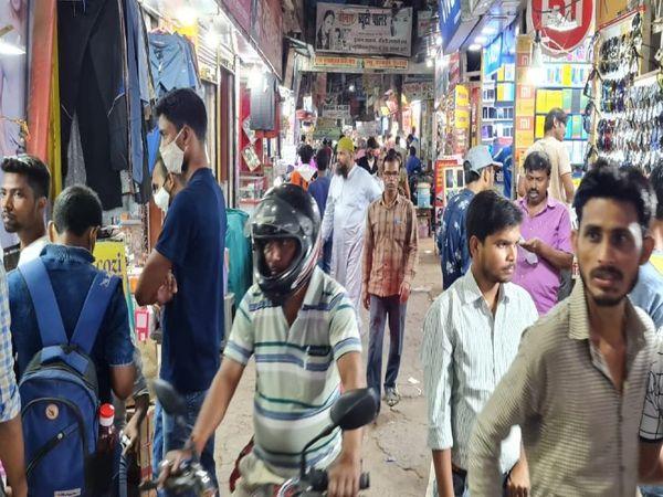 यह तस्वीर भागलपुर खलीफाबाग चौक की है। बिना मास्क लगाए इन्हीं लोगों की भीड़ कोरोना संक्रमण के खतरे को बढ़ा रही है।