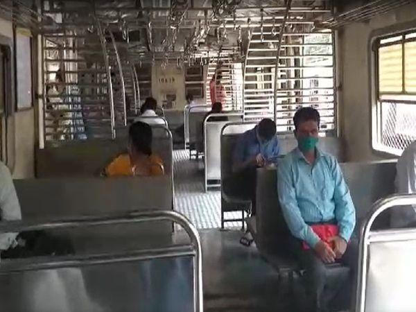 मुंबई की लोकल ट्रेन में इक्कादुक्का लोग बैठे हुए नजर आये।