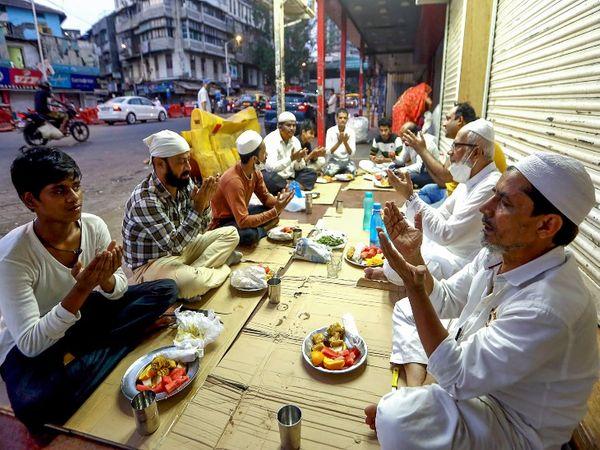 रमजान के पवित्र महीने के पहले दिन मुंबई में कुछ लोग रोजा खोलते हुए।
