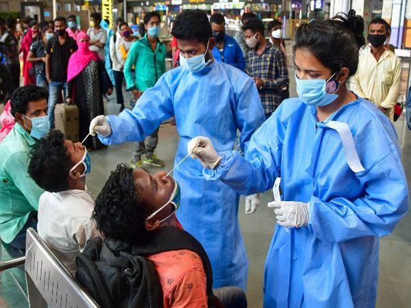 मुंबई के CSMT स्टेशन के अन्दर यात्रियों की टेस्टिंग लगातार जारी है।