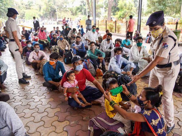 LTT स्टेशन पर यात्रियों को कतार में बैठाते GRP के कर्मचारी। यहां सभी को मास्क लगाने का निर्देश दिया जा रहा है।