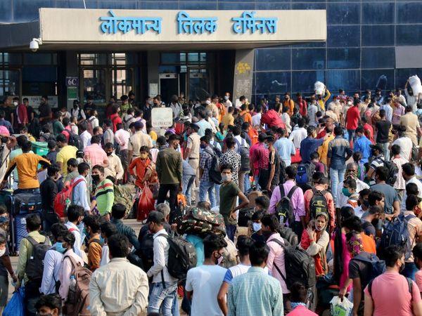 LTT स्टेशन के बाहर जब भी उत्तर प्रदेश या बिहार के लिए कोई ट्रेन जा रही है, इस तरह की भीड़ देखने को मिल रही है। यह तस्वीर बुधवार दोपहर की है