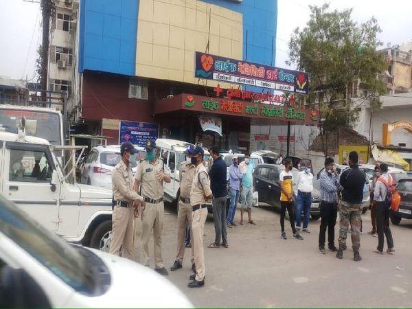 जबलपुर में मेडिसिटी अस्पताल में ऑक्सीजन खत्म होने से महिला की मौत हो गई। परिजन की नाराजगी को देखते हुए यहां पुलिस तैनात करनी पड़ी। - Dainik Bhaskar