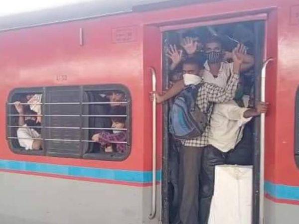 यह फोटो मुंबई से उत्तर प्रदेश आ रही एक ट्रेन की है। इस दौरान लोकमान्य तिलक टर्मिनस पर भयंकर भीड़ देखने को मिली। प्रवासी मजदूरों से इतनी भीड़ कि पैर रखने की भी जगह नहीं थी। - Dainik Bhaskar