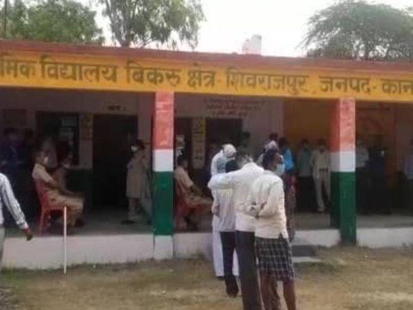 यह फोटो कानपुर के बिकरु गांव में बने मतदान केंद्र की है। यहां सुबह से ही लोग मतदान के लिए पहुंच रहे हैं। - Dainik Bhaskar